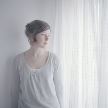 Portraitaufnahme Frau am Fenster