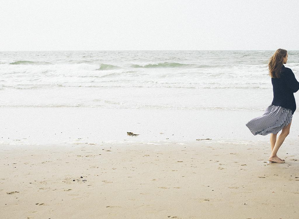 Frau am Meer von hinten