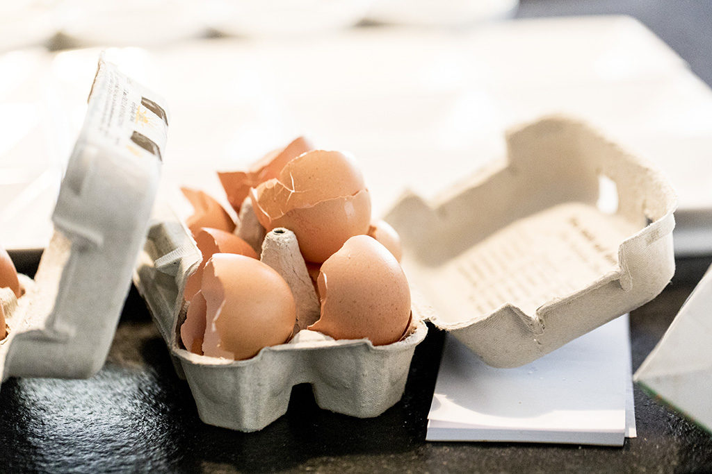 aufgeschlagene Eier in Schachtel