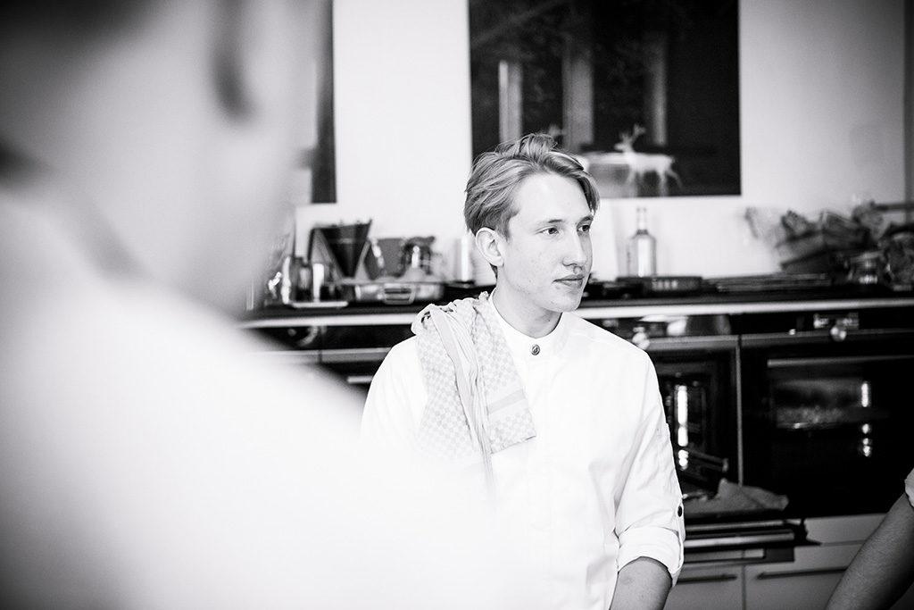 Koch in der Küche Marieneck