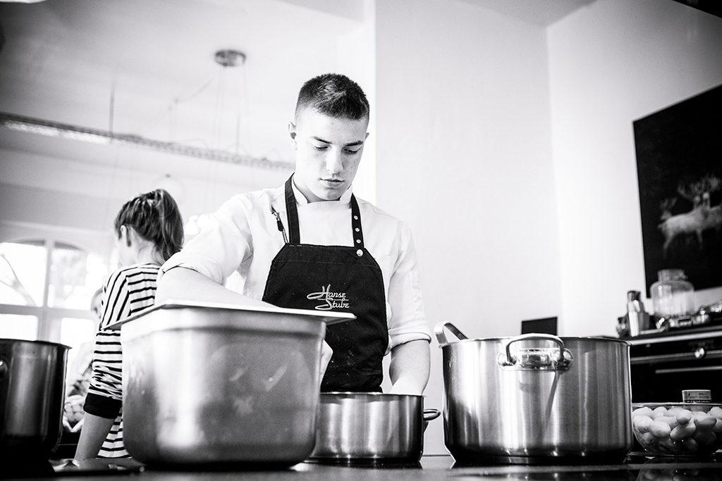 Koch-Azubi beim Kochen