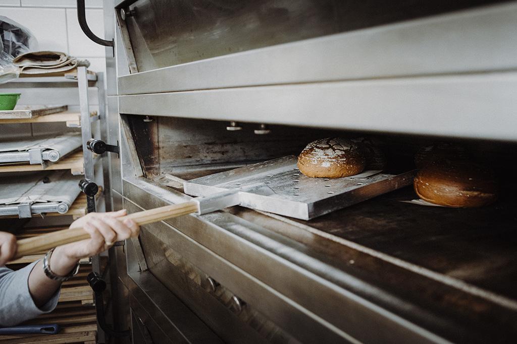 brot in ofen schieben bäckerei