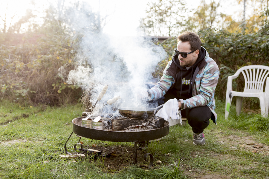 Rührei auf offenem Feuer zubereitet